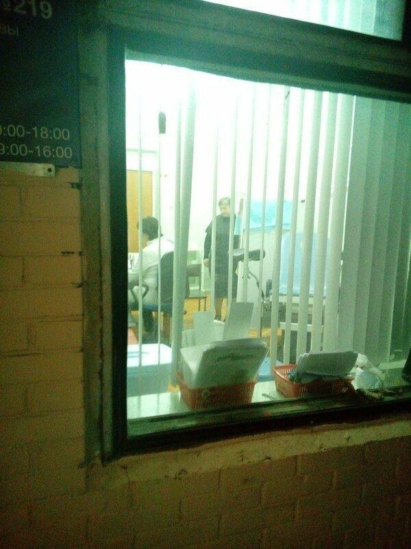 Ничего необычного, просто окно в кабинете гинеколога. Женщины, никогда не ходите к ним в темное время суток