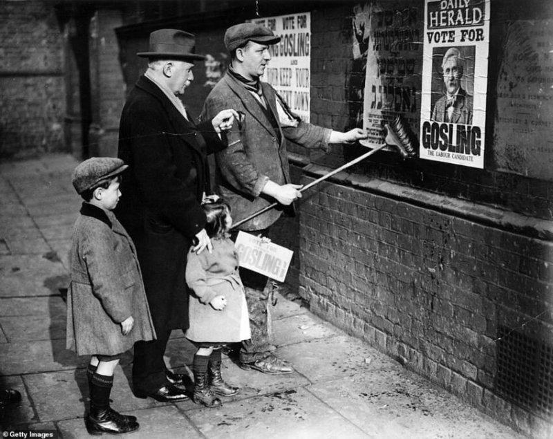 Кандидат в депутаты от лейбористской партии Уайтчепел Генри Гослинг руководит агитационной кампанией во время выборов в феврале 1923 года