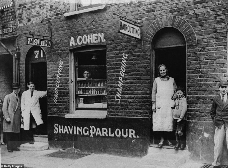 Парикмахерская Абрахана Коэна в Уайтчепеле, 1923 г., предлагающая стрижку, мытье и бритье