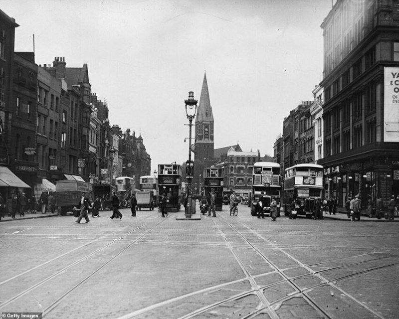 Трамваи, автобусы, велосипеды и частные автомобили на Уайтчепел-роуд, ок. 1934 года