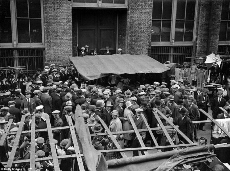 Воскресные толпы на рынке Уайтчепел в августе 1927 года