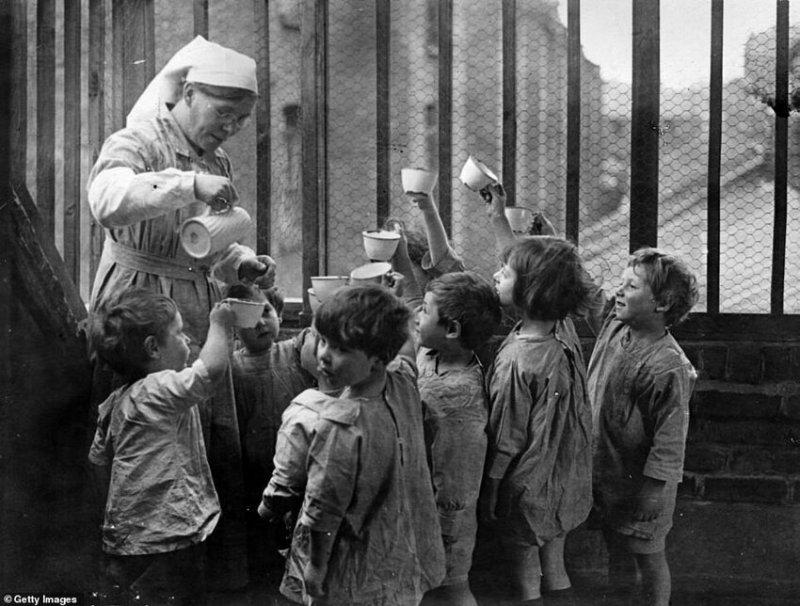 Няня разливает напитки в яслях для детей работающих матерей, 1919 г.