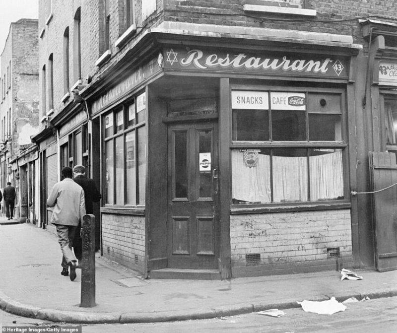 Ресторан на углу Старой Монтегю-стрит в Уайтчепеле с табличкой, на которой изображена звезда Давида