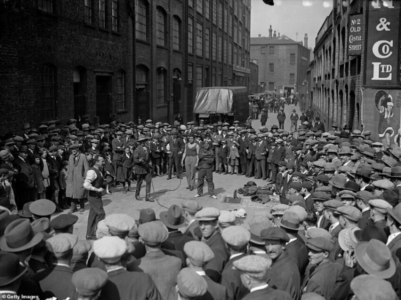 Воскресное выступление уличных артистов в Уайтчепеле, сентябрь 1927 г.