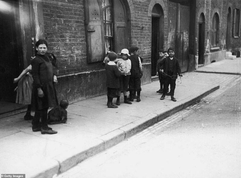 Дети играют на улице, 1911 г.