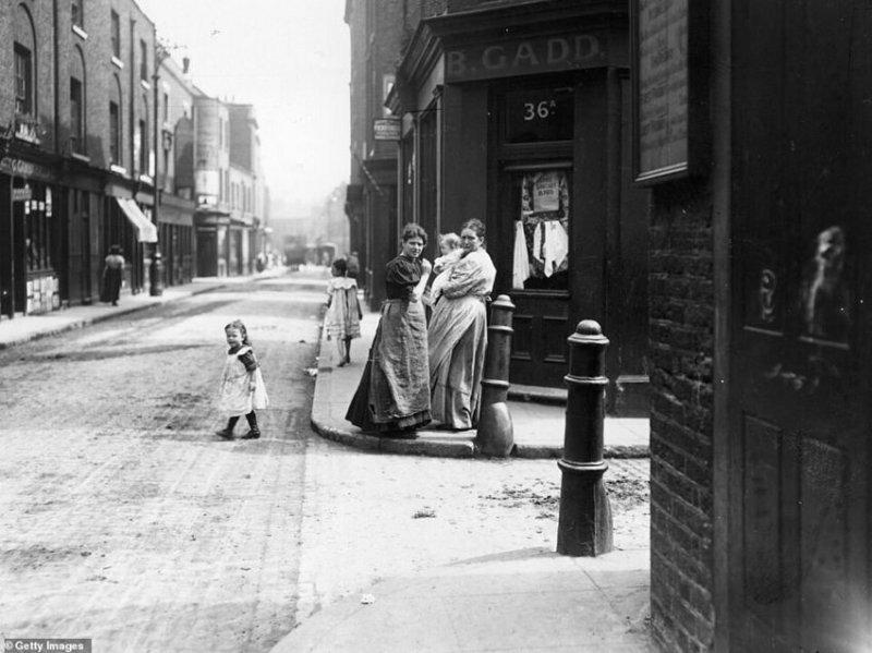 Жительницы Уайтчепела, 1911 г. В то время еще не все дороги были вымощены