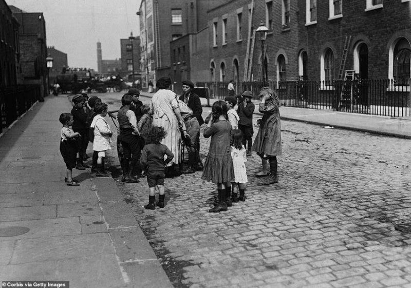 Дети играют на улице, август 1911 г.