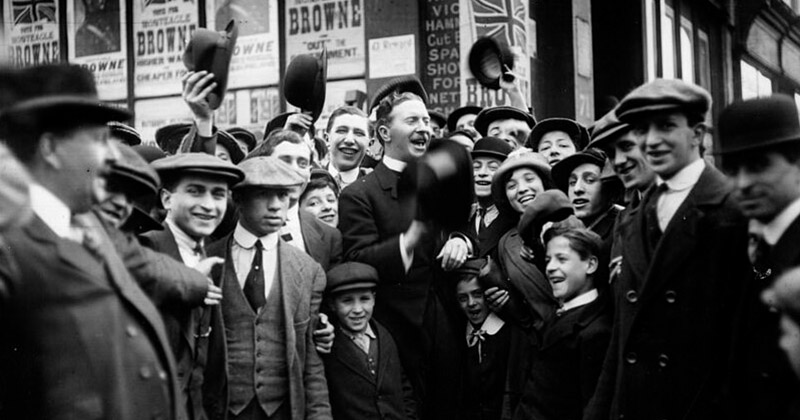 Кандидат от профсоюзной партии капитан Браун выступает перед толпой сторонников во время выборов в Уайтчепеле 24 апреля 1913 года