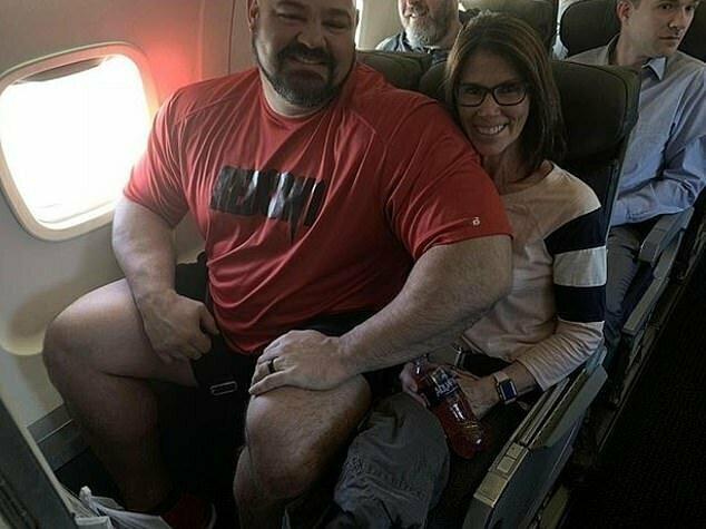 Потому что вот что происходит, если сесть рядом с таким здоровяком (фото из предыдущего полета Брайана Шоу)