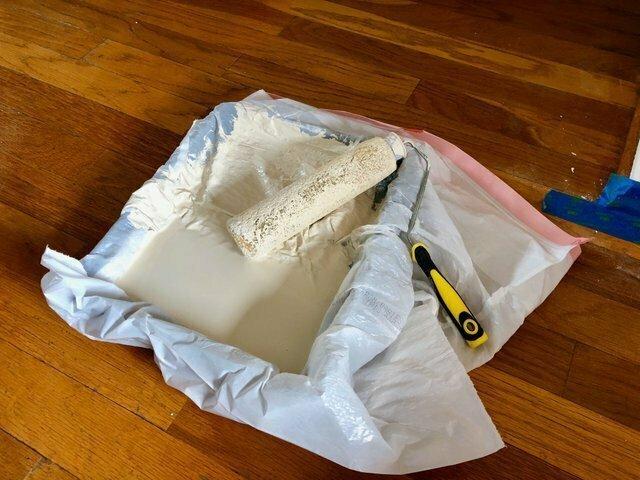 Чтобы не тратить деньги на новые лотки для краски, мой отец использует пакет