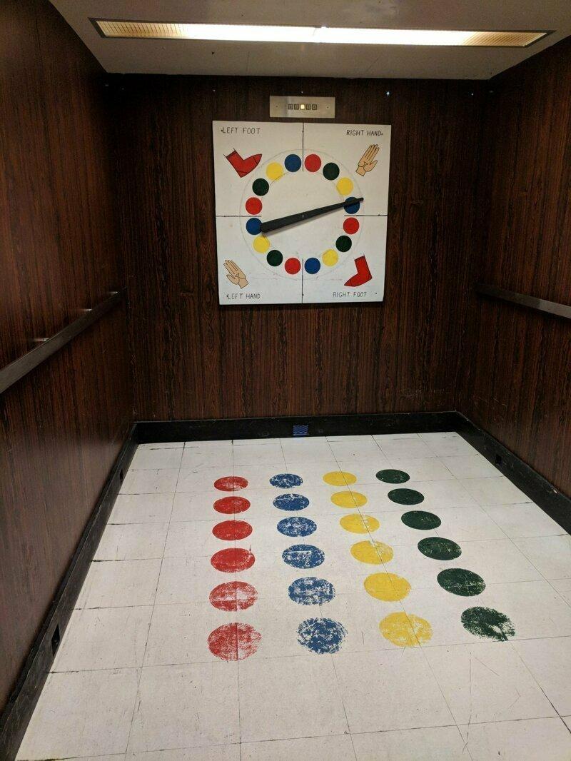 В лифте офисной высотки. Развлекайся, пока поднимаешься на этаж!
