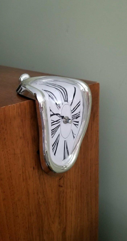Очень стильно. А еще, чтобы повесить эти часы, не придется вбивать гвоздь в стену