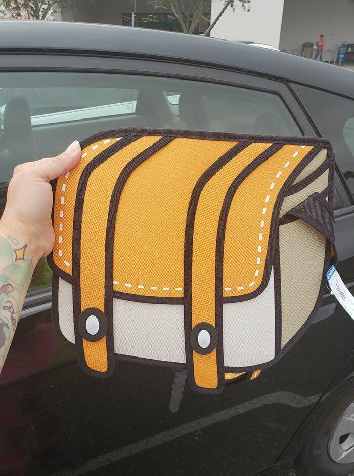 Среди старья на блошиных рынках и в магазинах секонд-хэнд неожиданно можно откопать и новинку - вот, например, такой 3D-рюкзачок