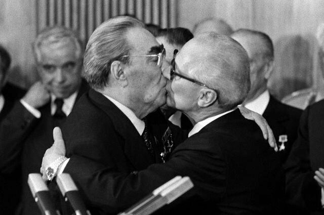 Почему во время поцелуя люди закрывают глаза?