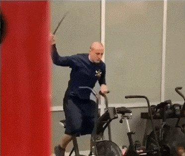 На самурая тренируется?