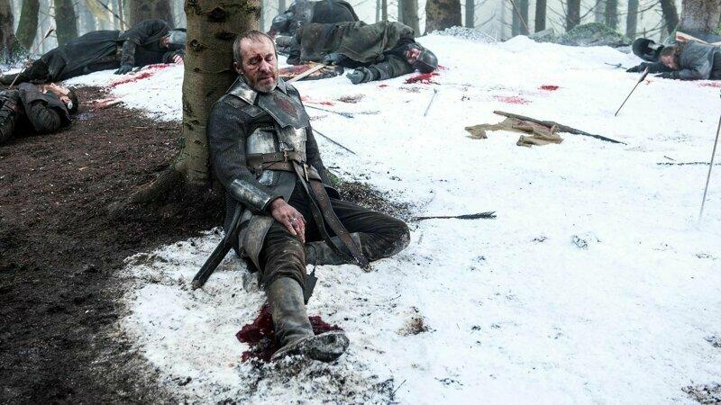 У раненого Станиса под ногой явно виден аккумулятор и трубки, которые, по всей видимости, подкачивали кровь игра престолов, кино, киноляпы, сериал, спойлеры, фанаты