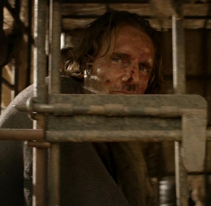 Опасные преступники, в числе которых Якен Хгар, сидят в клетке, закрытой на задвижку. Впоследствии правда добавили два замка