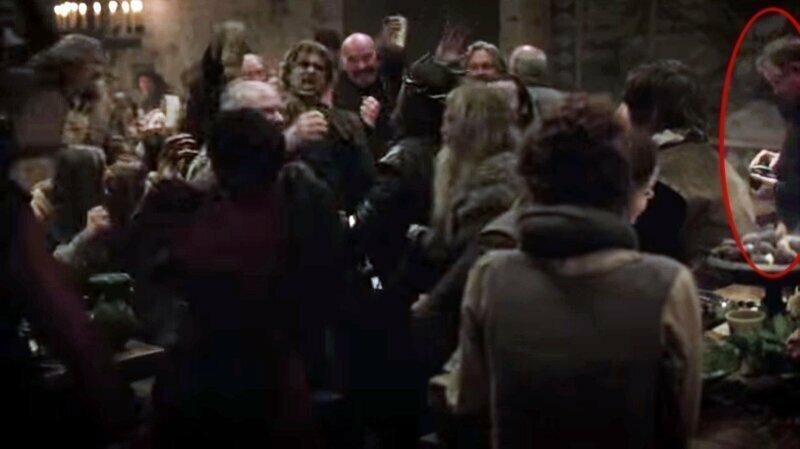 А вот пьянка и гулянка в старинном замке, но справа в толпу входит фотограф. Да, надо бы запечатлеть этот разгул игра престолов, кино, киноляпы, сериал, спойлеры, фанаты