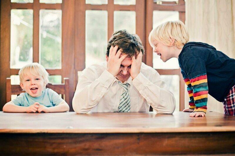 Не ругайтесь при малыше в надежде на то, что, если он не умеет говорить, значит и понять ваши слова не способен. Иначе ваши ругательства будут первым, что он произнесет на радость маме воспитание, дела семейные, дети, забавно, родители, родительство, смешно, юмор