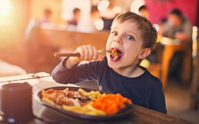 В ресторане ребенку захочется в туалет ровно в ту минуту, когда принесут ваш заказ воспитание, дела семейные, дети, забавно, родители, родительство, смешно, юмор