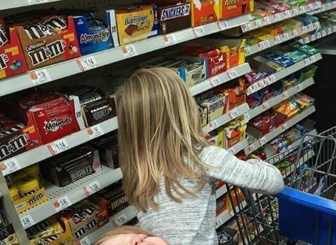Никогда ничего не покупайте ребенку у кассы - иначе больше никогда не сможете пройти к кассе без покупки (или истерики)