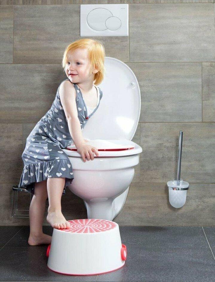 Всегда сажайте ребенка на горшок перед выходом из дома. Иначе уже у двери подъезда она заявит, что ужасно хочет в туалет