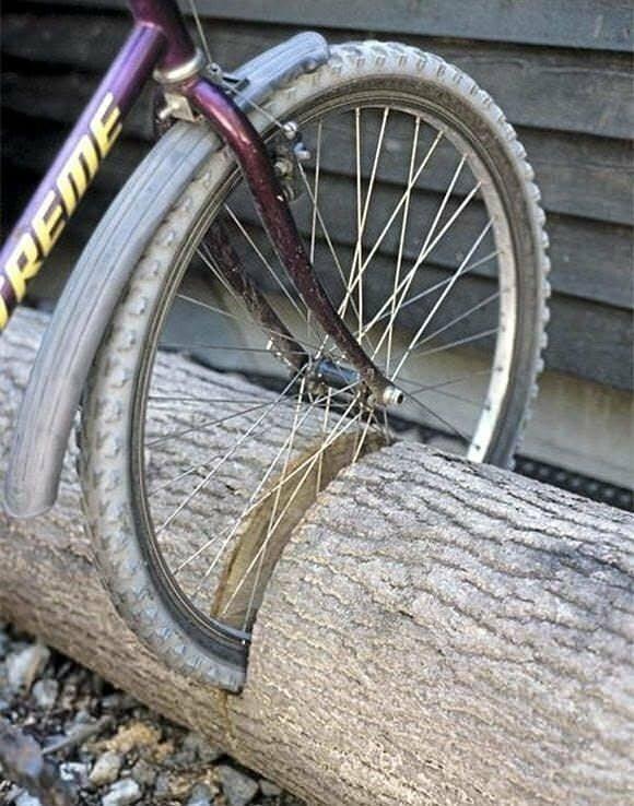 Из толстого полена выйдет отличная велопарковка!
