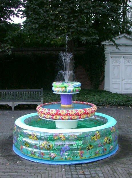 Сделайте себе вот такой надувной фонтан - потом будете хвастаться друзьям, что летом купаетесь в фонтане не хуже десантников.