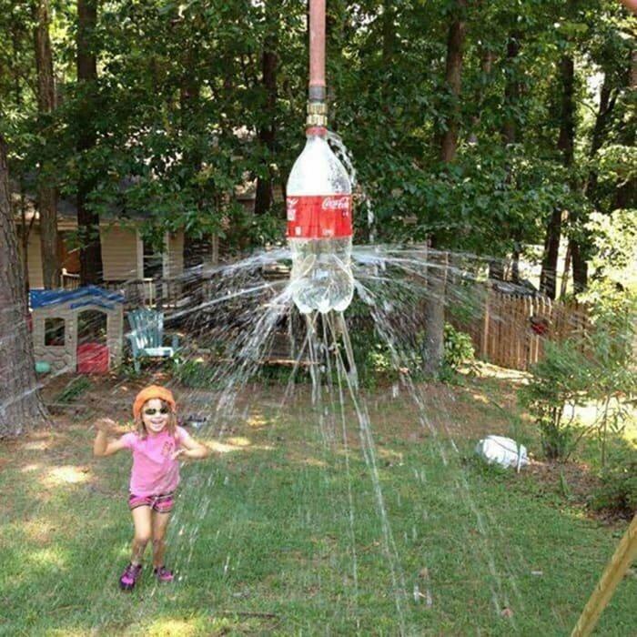 В жаркий летний день закиньте шланг для полива на дерево, вставьте его в пластиковую бутылку из-под газировки с многочисленными дырками и включите воду - импровизированный душ готов!