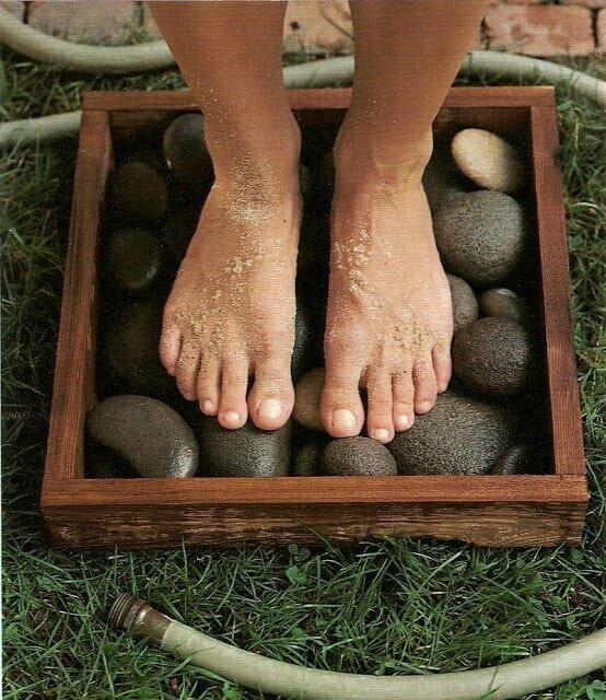 После работы в саду или пляжа приятно ополоснуть ноги в такой вот красивой садовой ногомойке из деревянного каркаса с крупными камнями.