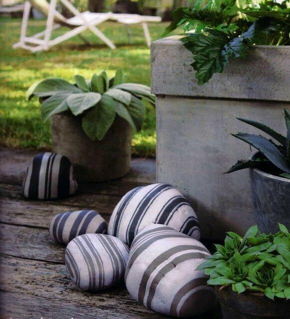 Распишите вместе с детьми камни в саду - отличное развлечение и необычный элемент декора гарантированы!
