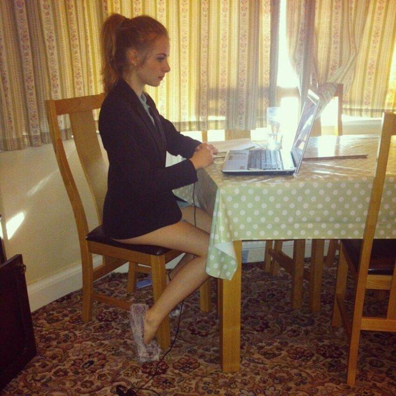 Девушки тоже пускаются на хитрости прикол, работа, работа онлайн, собеседование, собеседование по скайпу, фото, юмор