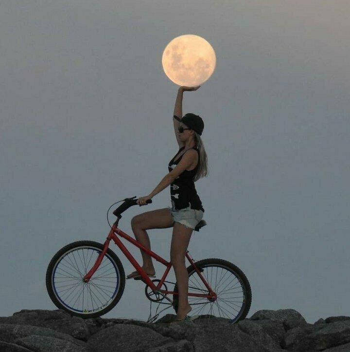 Взяла и дотянулась до Луны нужный момент, случайность, смех, талант, успех, фото