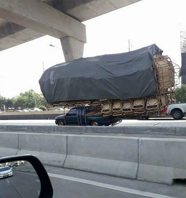 Таиланд. Машина перевозит стулья автомобильное, водители, водители ада, дорожное, на дороге, необычные автомобили, странные автомобили, юмор
