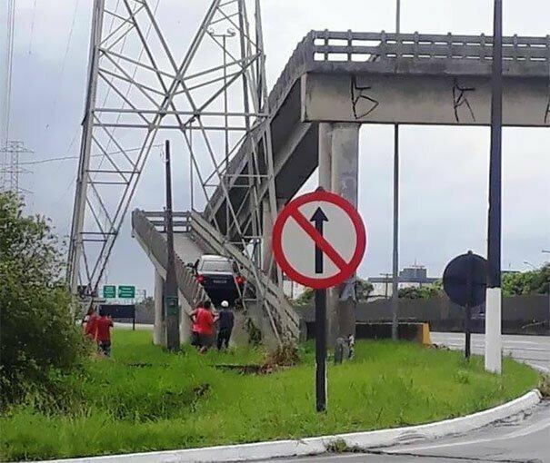 Водитель спутал пешеходный мост с эстакадой автомобильное, водители, водители ада, дорожное, на дороге, необычные автомобили, странные автомобили, юмор