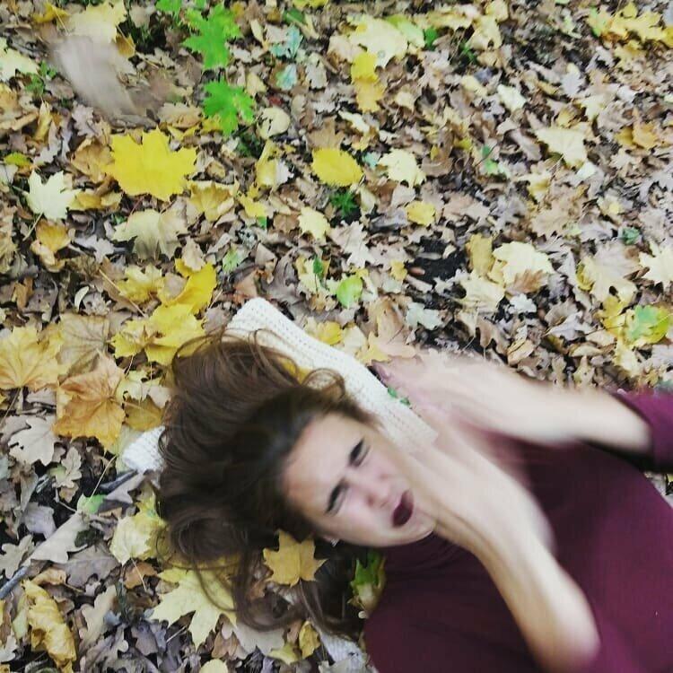 """""""Давай, ты подбросишь листья и сделаешь фото, как они летят на меня!"""""""