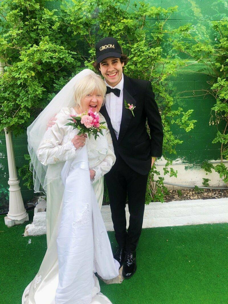 Чтобы товарищи перестали его подкалывать, ютубер взял и женился на маме друга