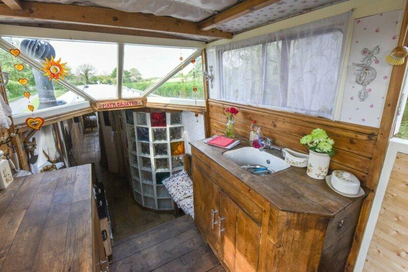 Семья уже испробовала свой новый плавучий дом и совершила путешествие по каналу вторая жизнь, вторая жизнь вещей, летний домик, лодка, переделка, переделка дома, ремонт, своими руками