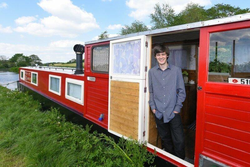 18-летнему Билли Уолдену понадобилось всего 8 недель для того, чтобы сделать из старой баржи полностью обустроенный семейный домик для отдыха вторая жизнь, вторая жизнь вещей, летний домик, лодка, переделка, переделка дома, ремонт, своими руками