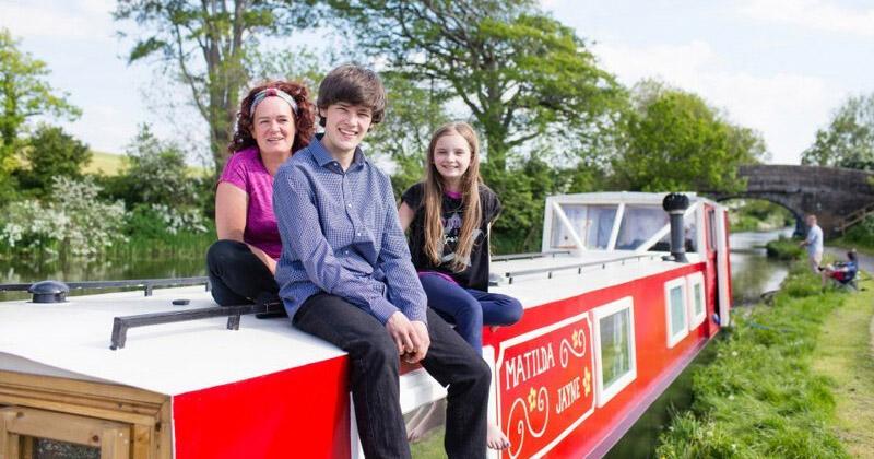 За два месяца парень самостоятельно отремонтировал старую лодку для своей мамы и младшей сестры