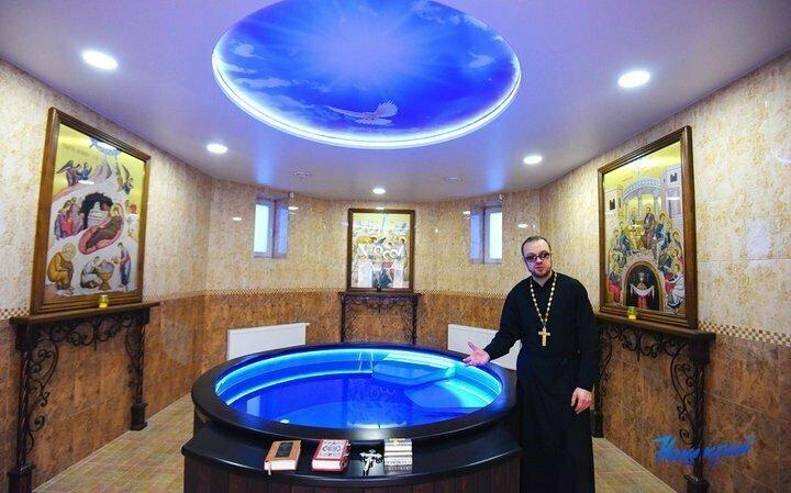 И бонус. Просто так. Красиво же...В Барановичах (Беларусь) в православной церкви сделали купель с подсветкой и подогревом святой воды