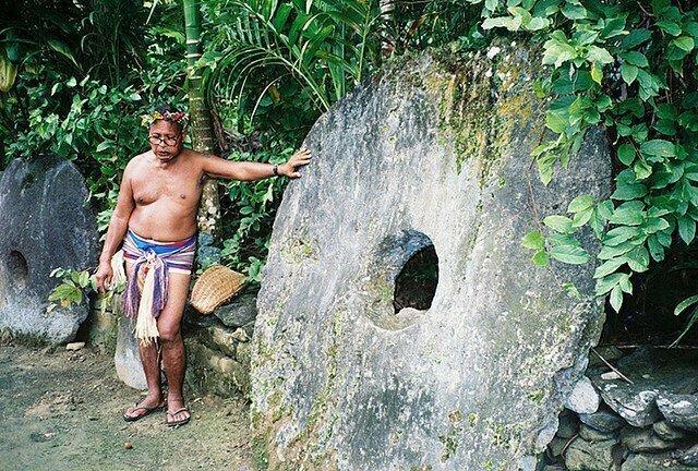 Остров Яп - место, где люди ценят большие камни с дырками