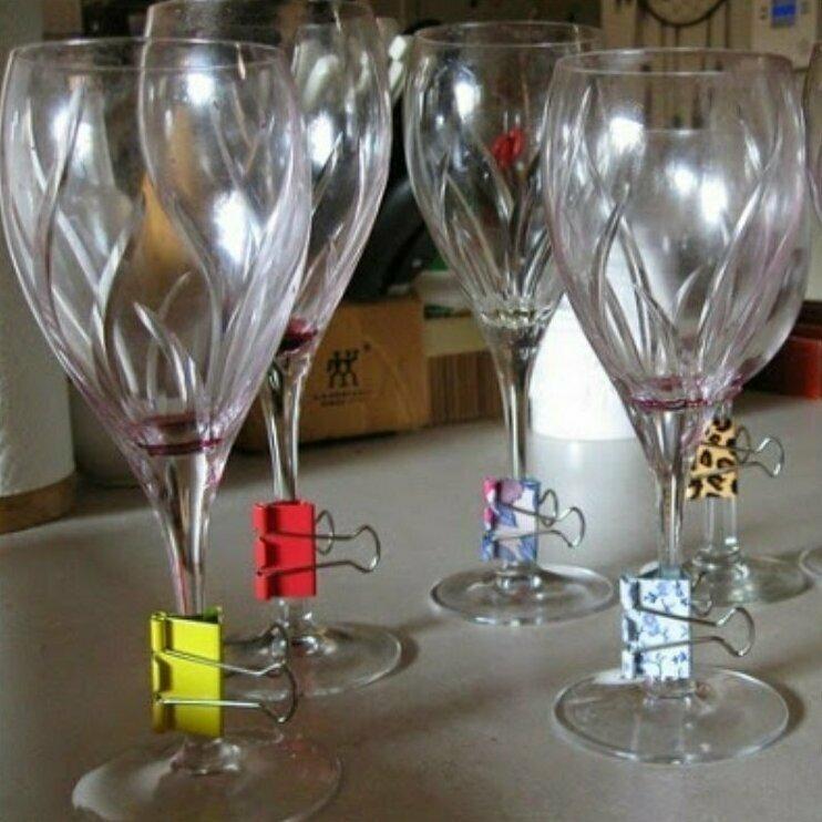 Разноцветные зажимы пригодятся на вечеринке, чтобы не перепутать бокалы
