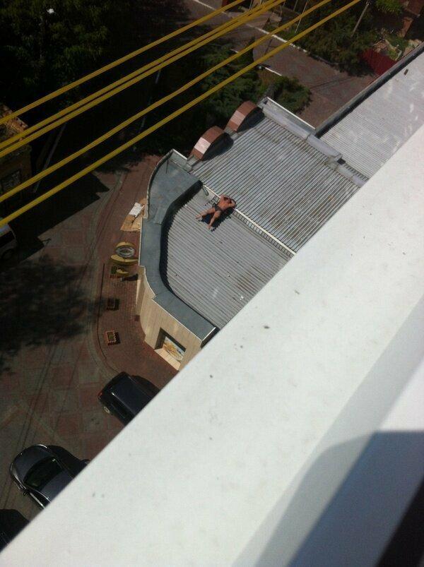 Крыши домов - это отдельная тема водоем, загар, курорт, наглость, плавки, пляж, прикол, юмор