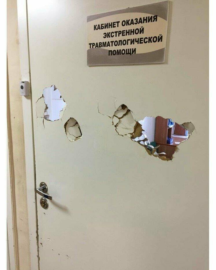 Кто-то очень хотел попасть в кабинет врачи, медики шутят, скорая помощь, фото