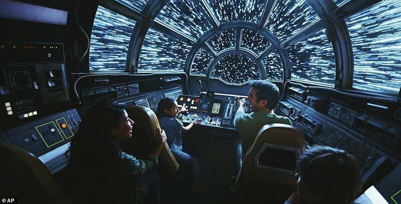 """Среди аттракционов: Millennium Falcon: Smugglers Run, на котором можно поуправлять самим """"Тысячелетним соколом"""""""