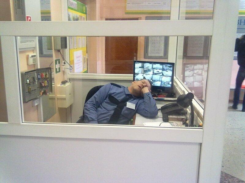 Спят на рабочем месте