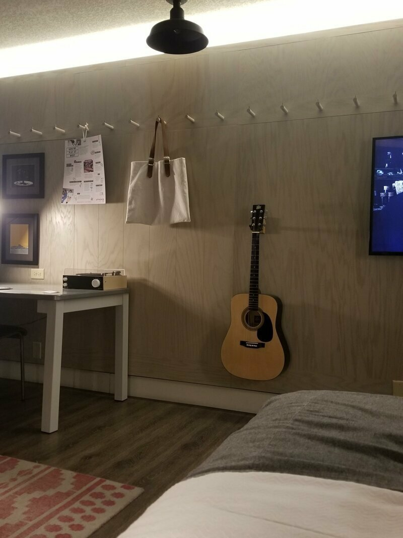 В своем гостиничном номере обнаружил гитару, и она настроена! Просто круто! reddit, интересно, отель, сервис, фото, хостел