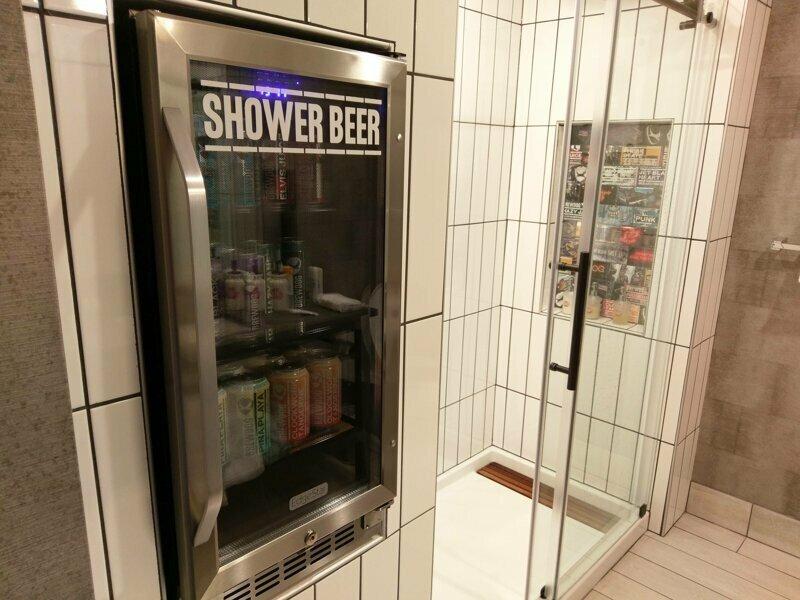 В этом отеле встроенный холодильник с напитками расположен рядом с душем reddit, интересно, отель, сервис, фото, хостел