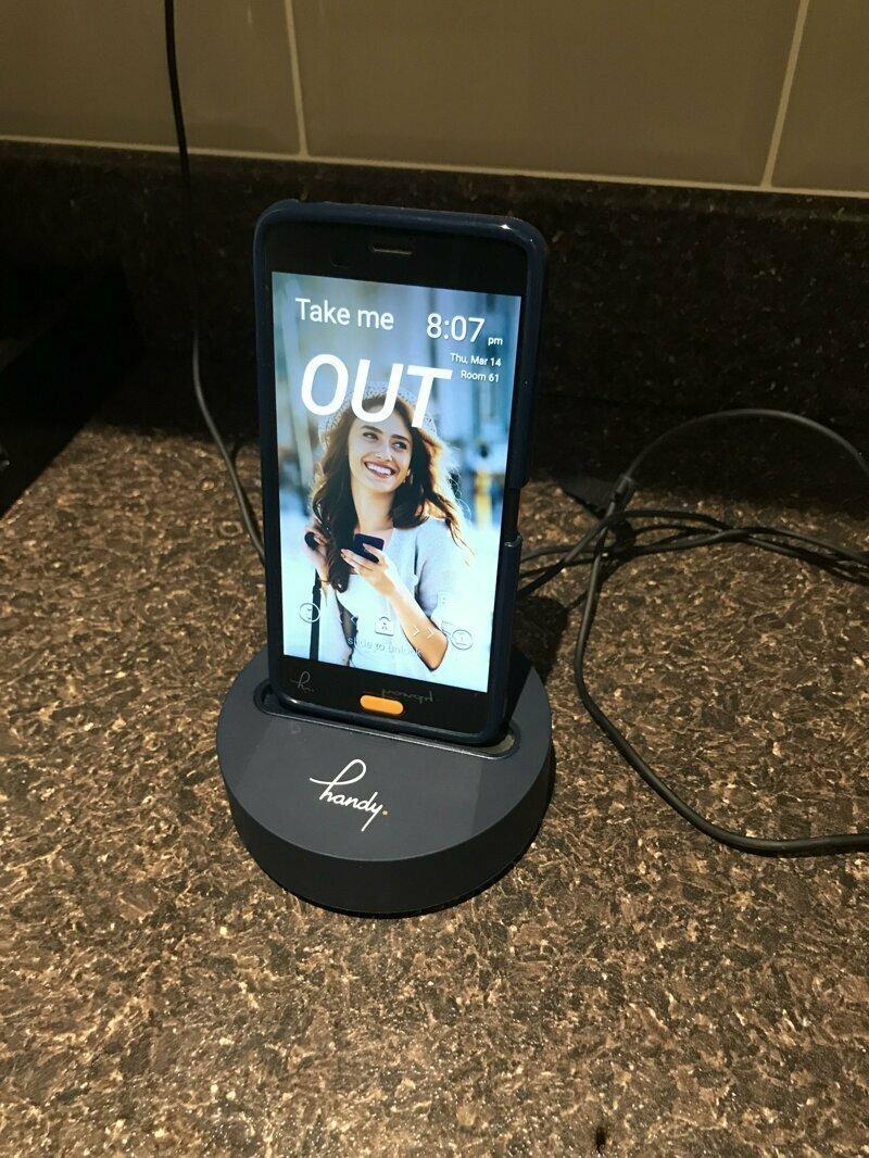 Этот отель на все время пребывания постояльца предоставляет телефон, который можно выносить с собой из номера reddit, интересно, отель, сервис, фото, хостел